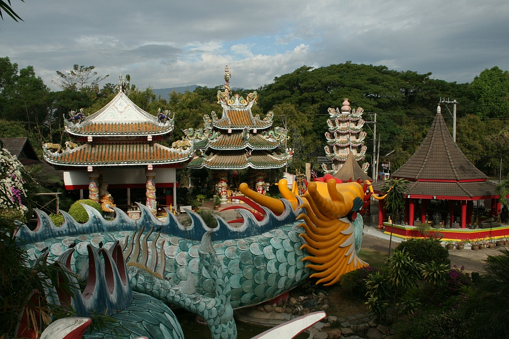 fietsen bij Chiang Mai tempel met draak