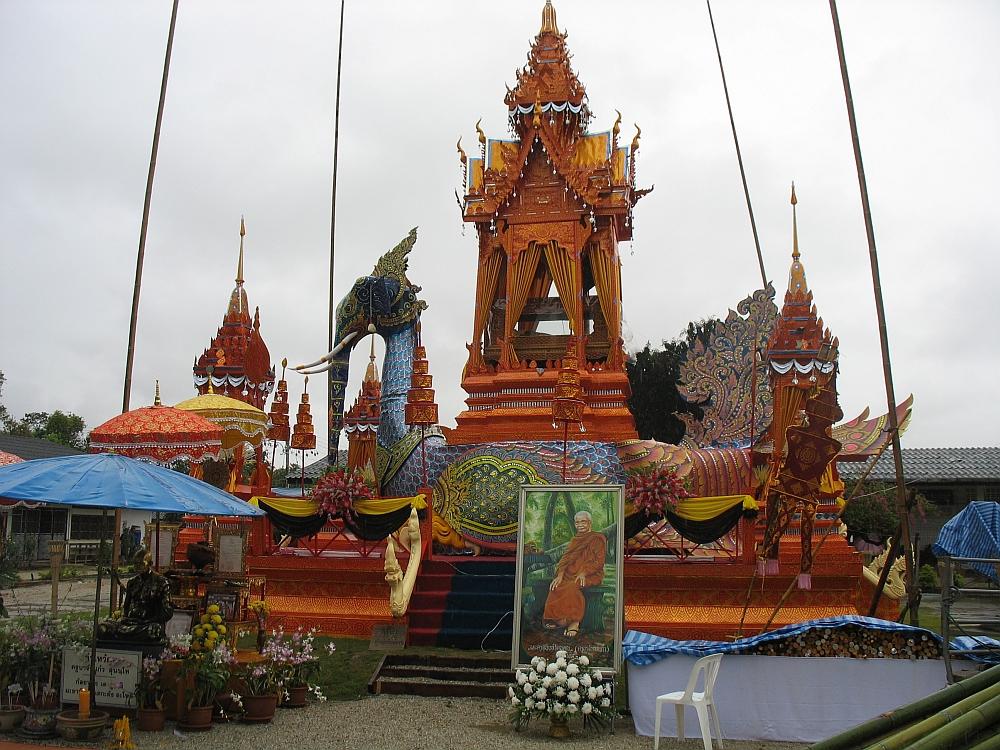 Crematie toren tijdens fietsen bij Chiang Mai