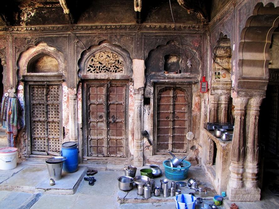 route door Rajasthan authentieke binnenplaats in Mandawa