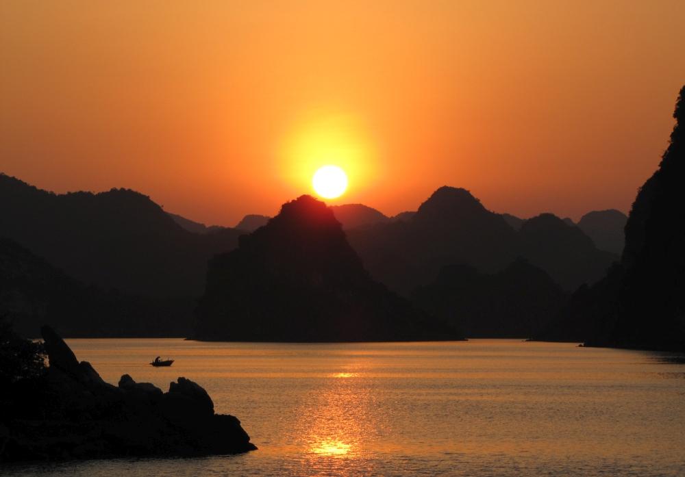 zonsondergang Halong Bay