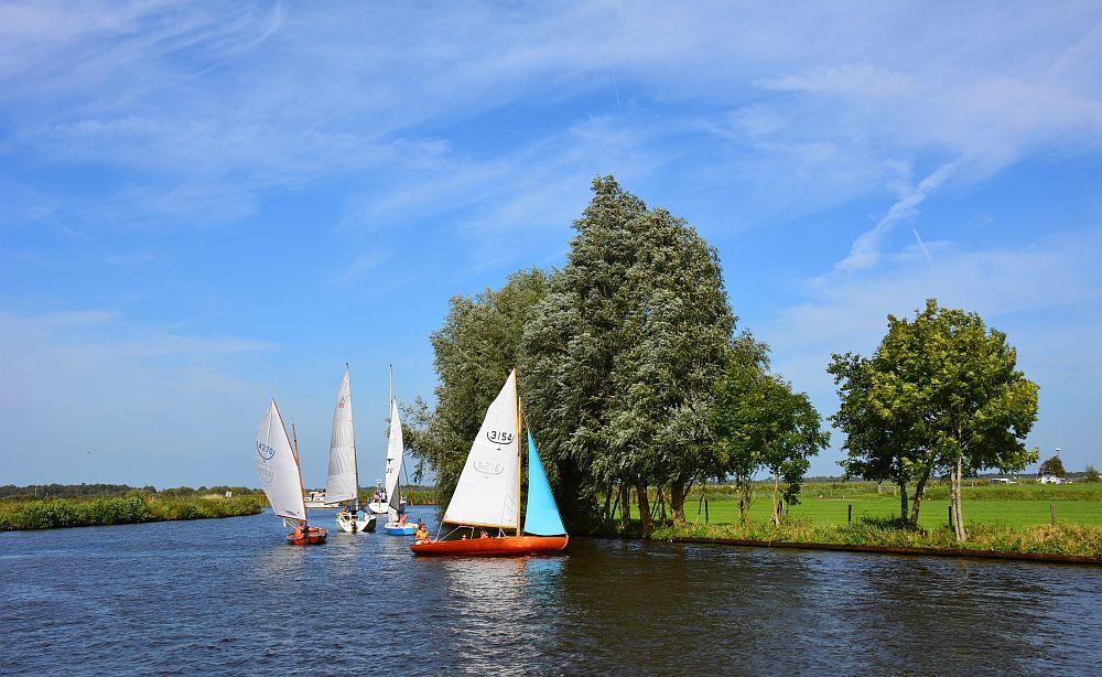 zeilbootjes tijdens pontjesroute door De Alde Feanen