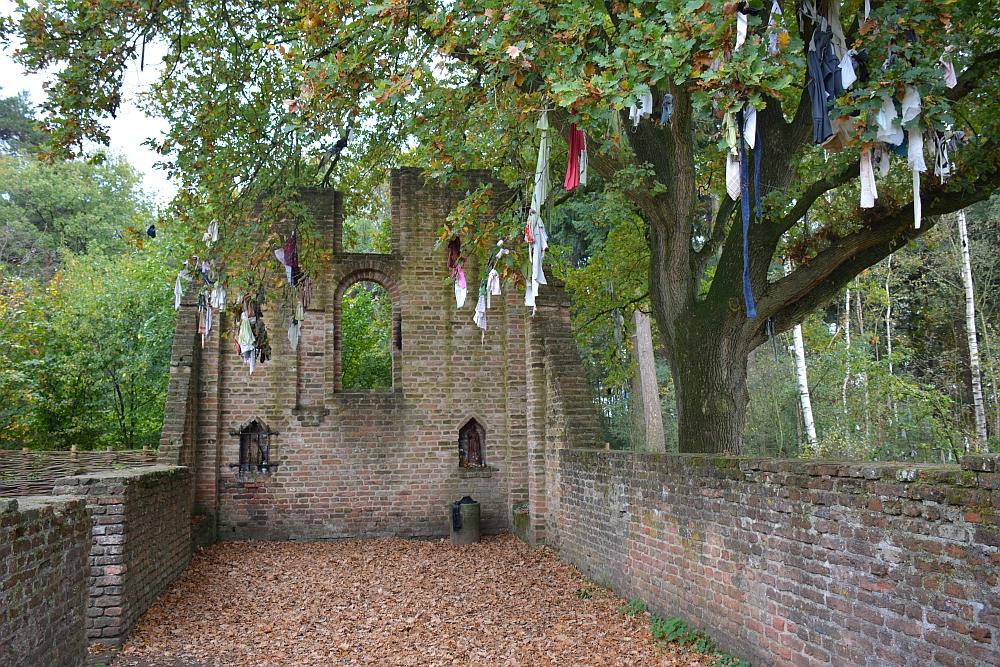 Overasseltse en Hatertse Vennen St Walrick kapel met lapjesboom