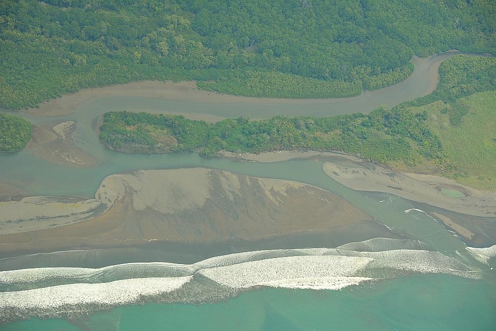 kustlijn Costa Rica vanuit vliegtuig