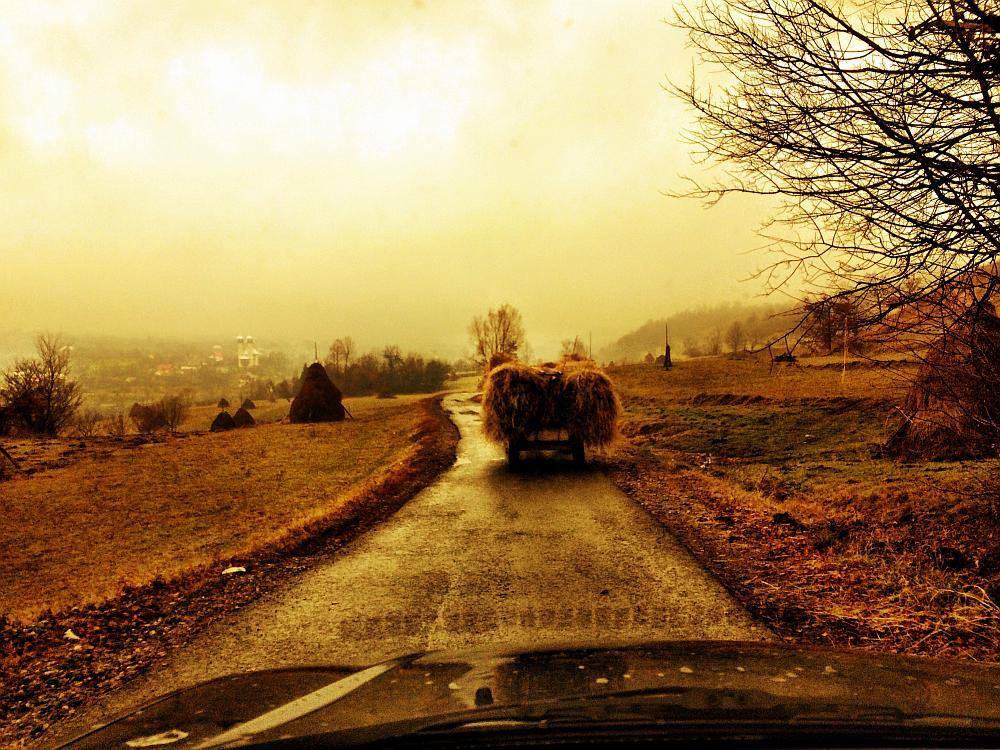 Emigreren naar Roemenië platteland met hooiwagen
