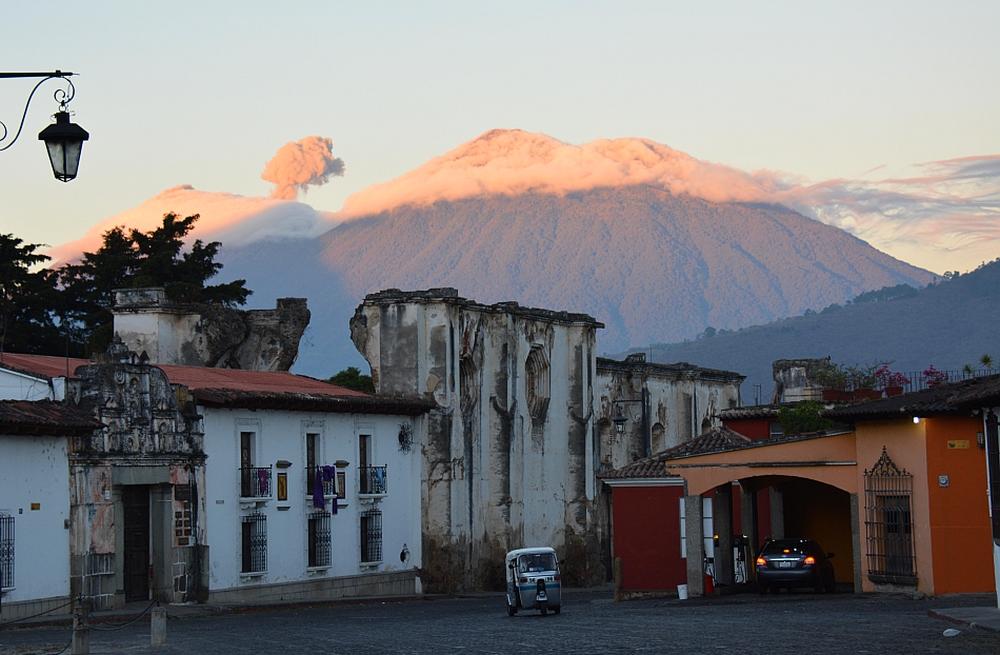 Antigua Guatemala met de Fuego vulkaan die uitbarst