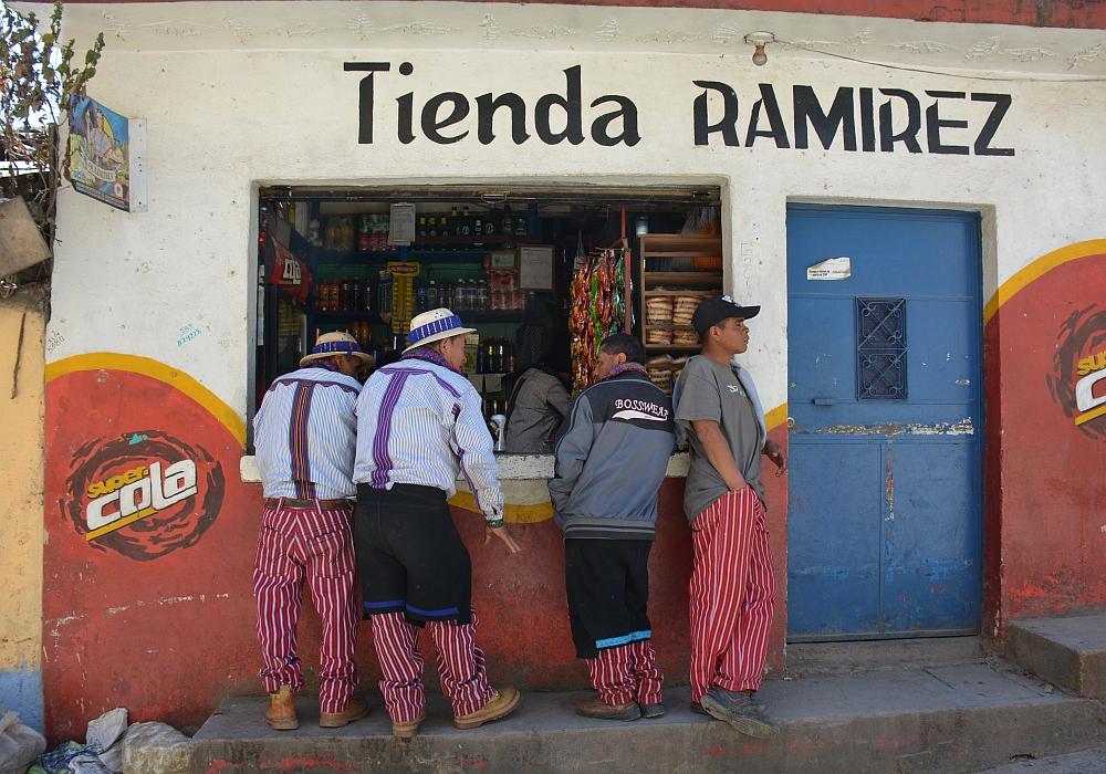 an het gebaande pad in Guatemala Todos Santos Cuchumatán