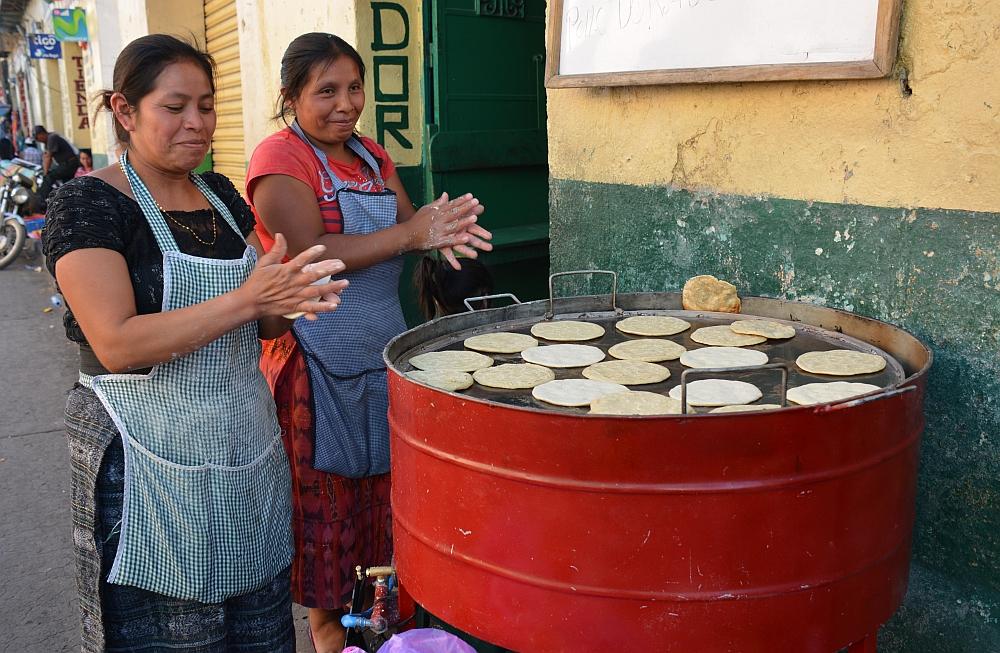 Van het gebaande pad in Guatemala tortilla maken in Huehuetenango