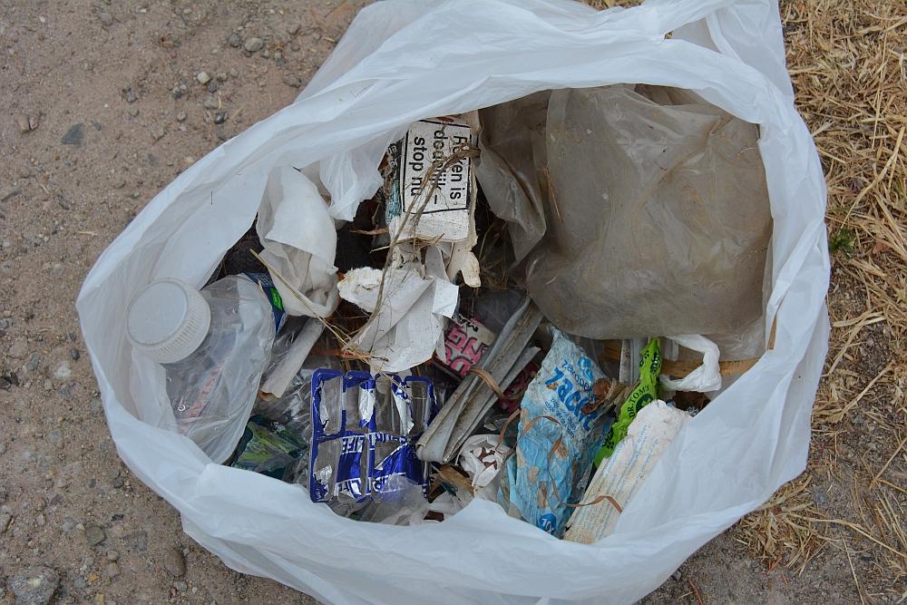 Wandelen en afval oprapen, de Kampina Boxtel