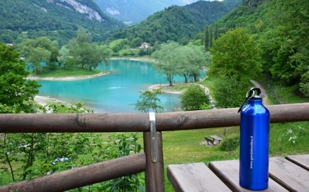 Wandelen met warm weer waterfles bij Lago di Tenno