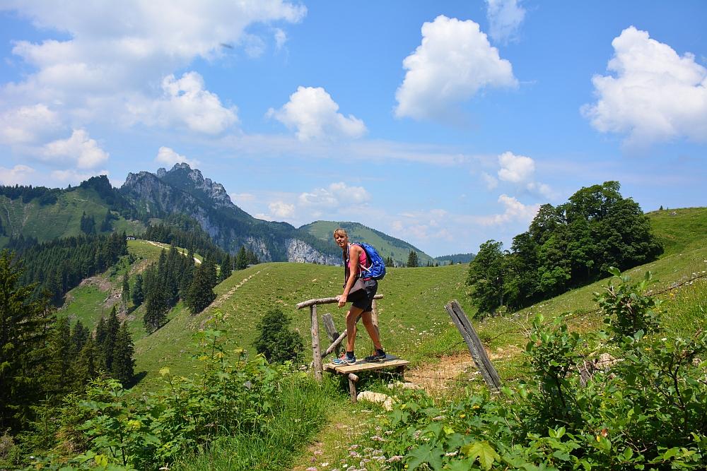 bergwandeling naar Piesenhausener Hochalm hekje oversteken