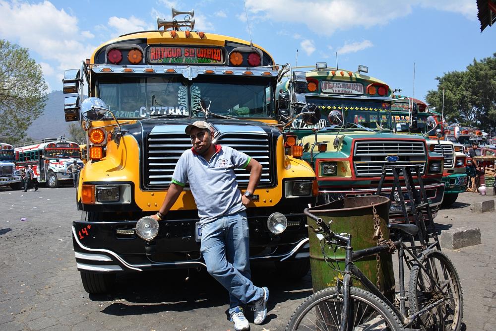duurzaam reizen buschauffeur Chickenbus in Guatemala