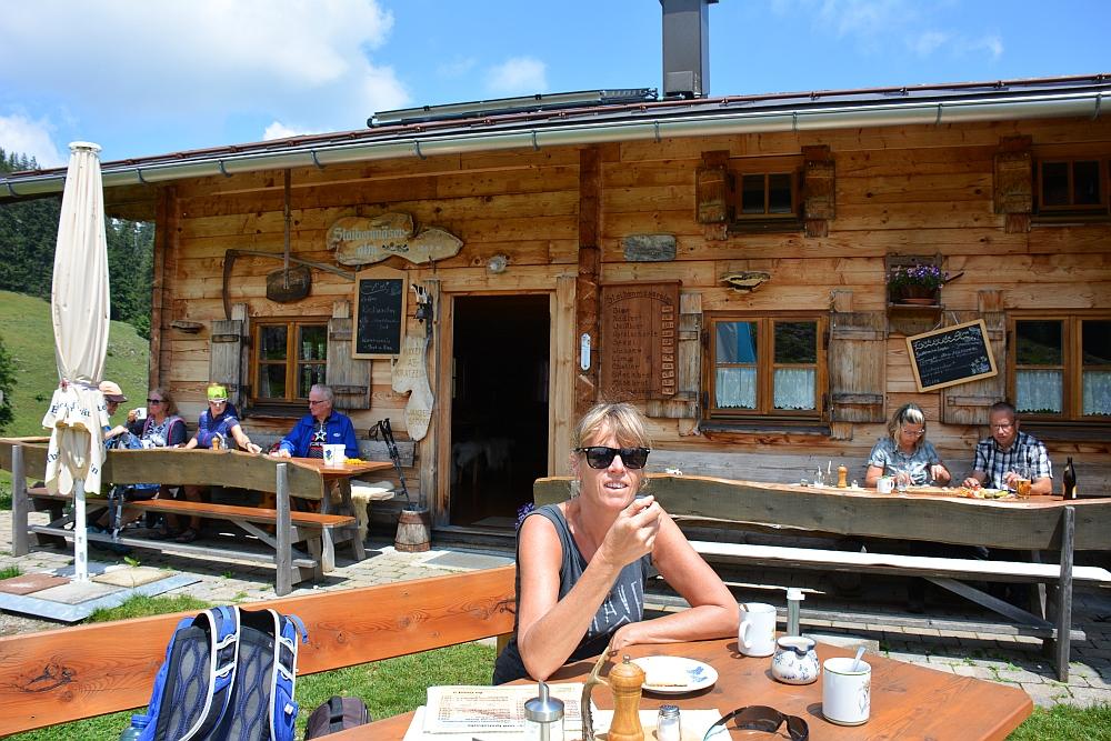 wandelen in de Beierse Alpen berghut Stoibermöseralm koffie und Käsetorte