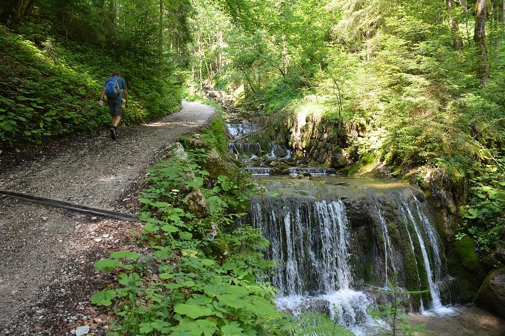 wandelen in de Beierse Alpen watervallen langs pad