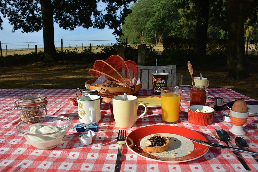 Bed and Breakfast D'n Hoaf Groesbeek ontbijt in de tuin