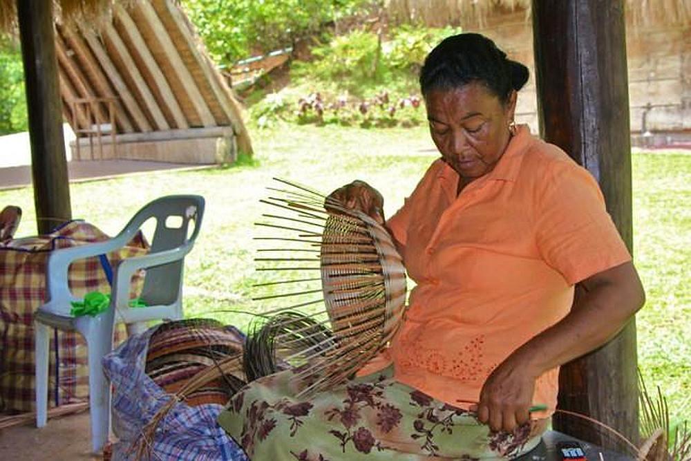 Een van de prachtige manden die de Kalinago stam maakt op Dominica