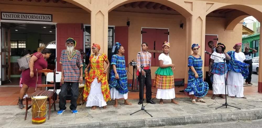 Leven op een Caribisch eiland Ontvangst comité bij een cruiseschip