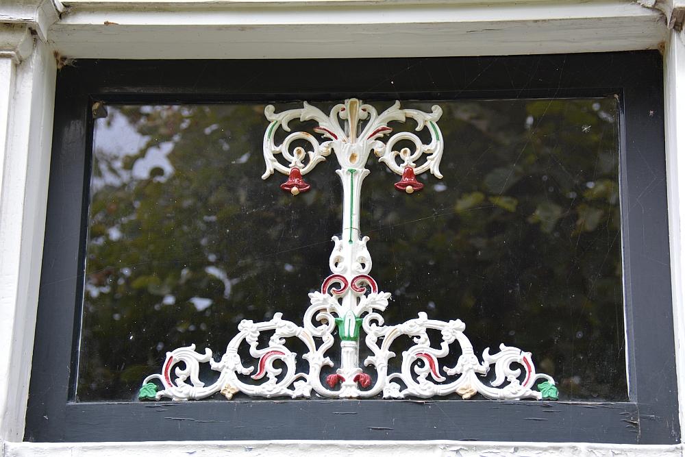detail met klokjes raam Twisk