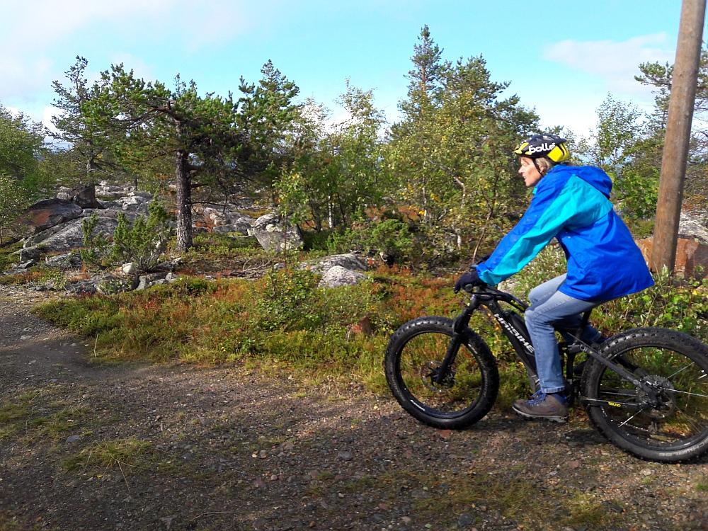 elektrische mountainbike bovenop de skipiste van Salla, Finland