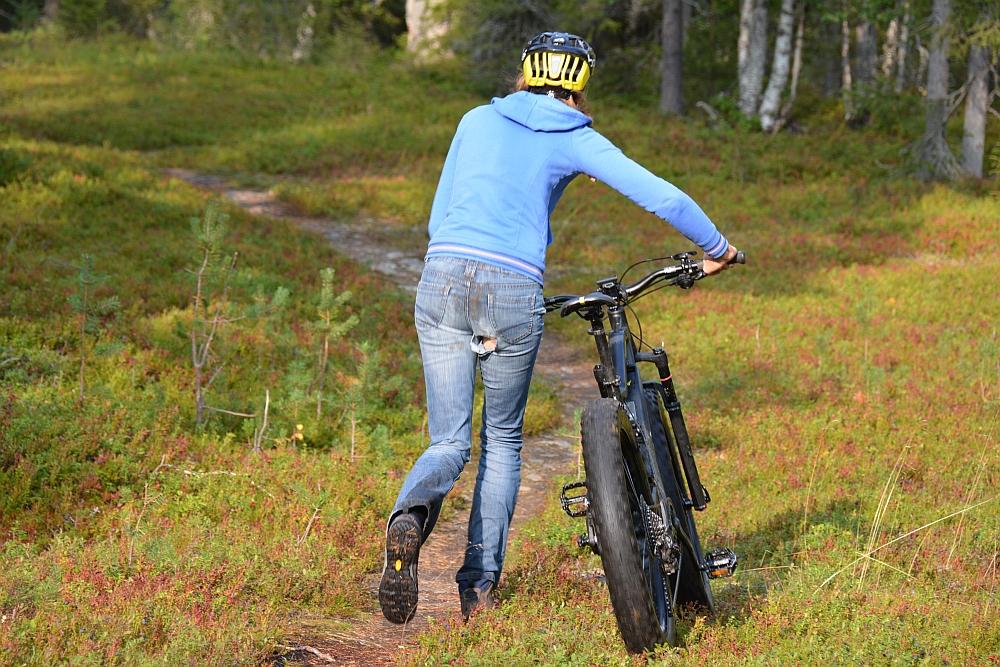 route voor elektrische mountainbike door bos Finland, gat in broek!