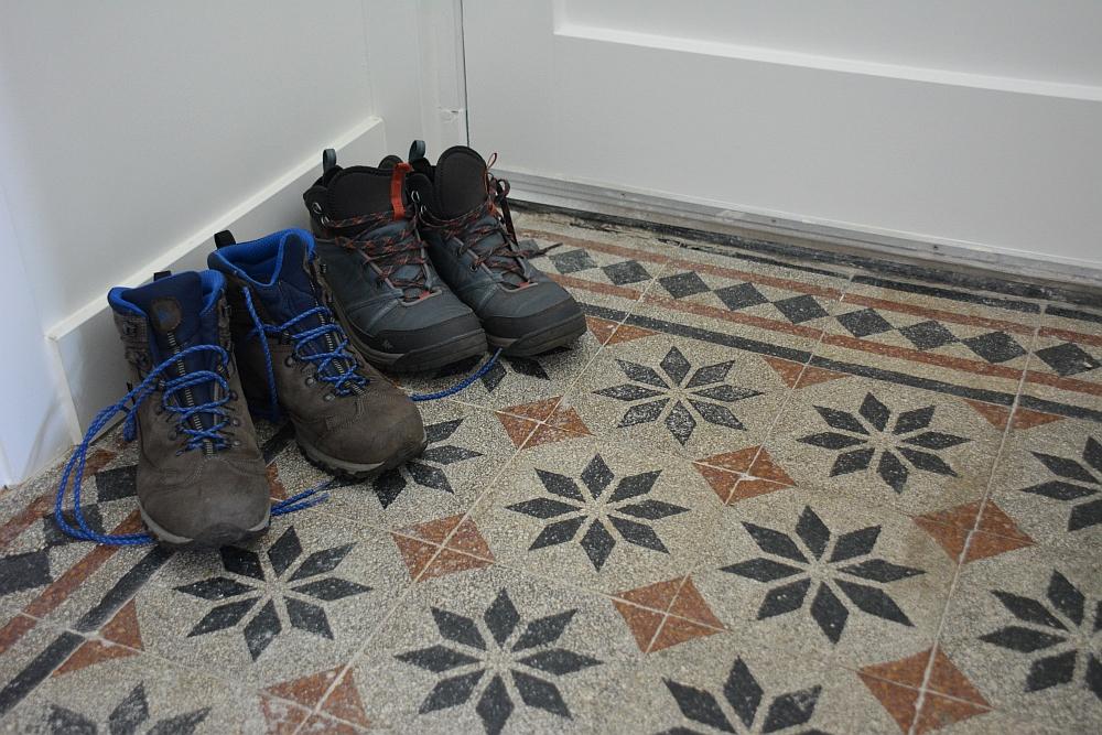 B&B Woonboerderij Dijkerhoek authentieke vloer in hal