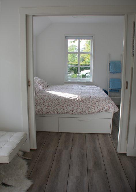 B&B Woonboerderij Dijkerhoek halletje en slaapkamer