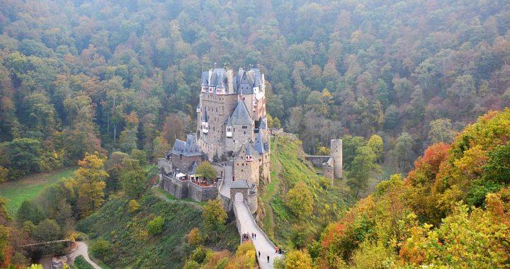 Burg Eltz vanaf uitkijkpunt bij parkeerplaats