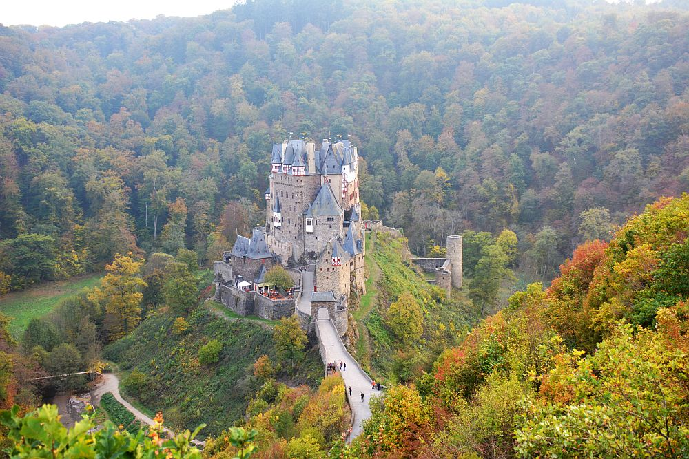 Burg Eltz in Duitsland vanaf uitkijkpunt bij parkeerplaats