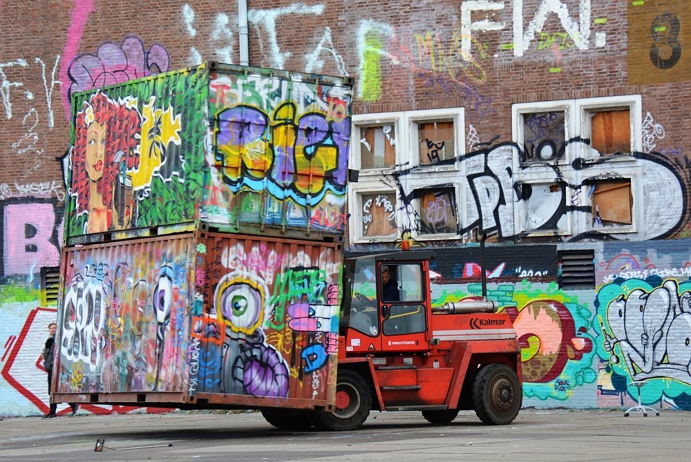 Street Art in Amsterdam NSDM Werf containers op heftruck