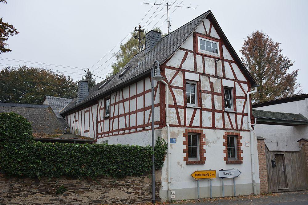 Via de Eltzer Burgpanorama naar Burg Eltz vakwerkhuis bij startpunt