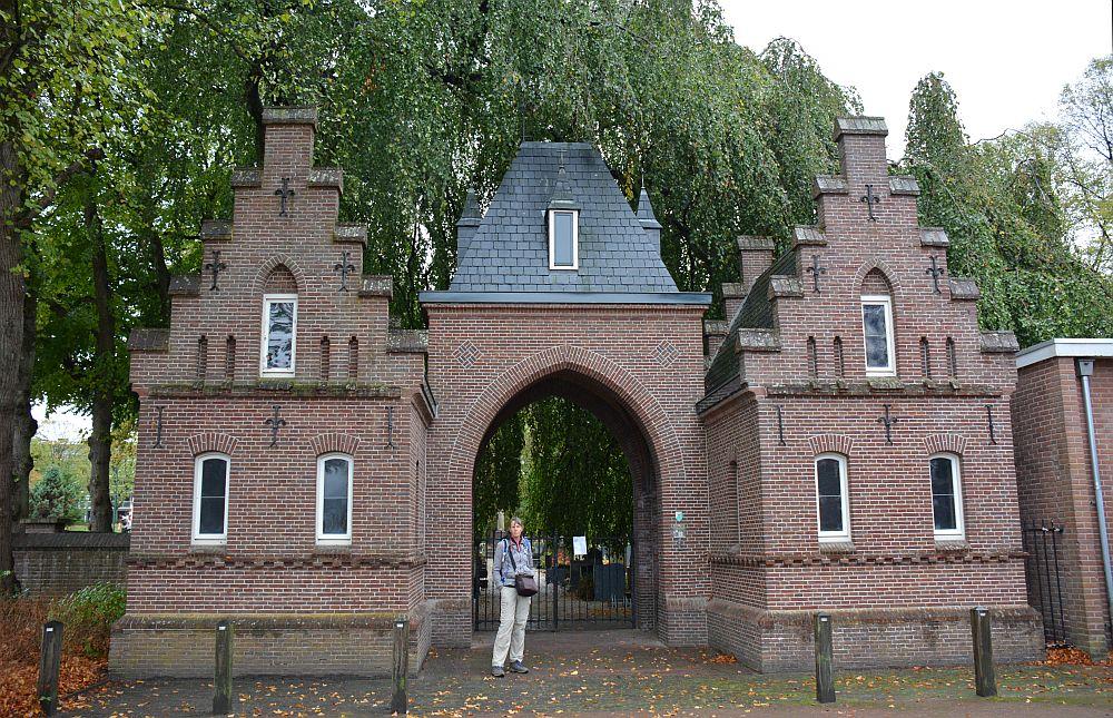 Wandelen in Soest toegangspoort kerkhof Soest