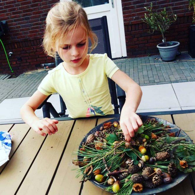herfstschaal maken met kinderen na herfstwandeling