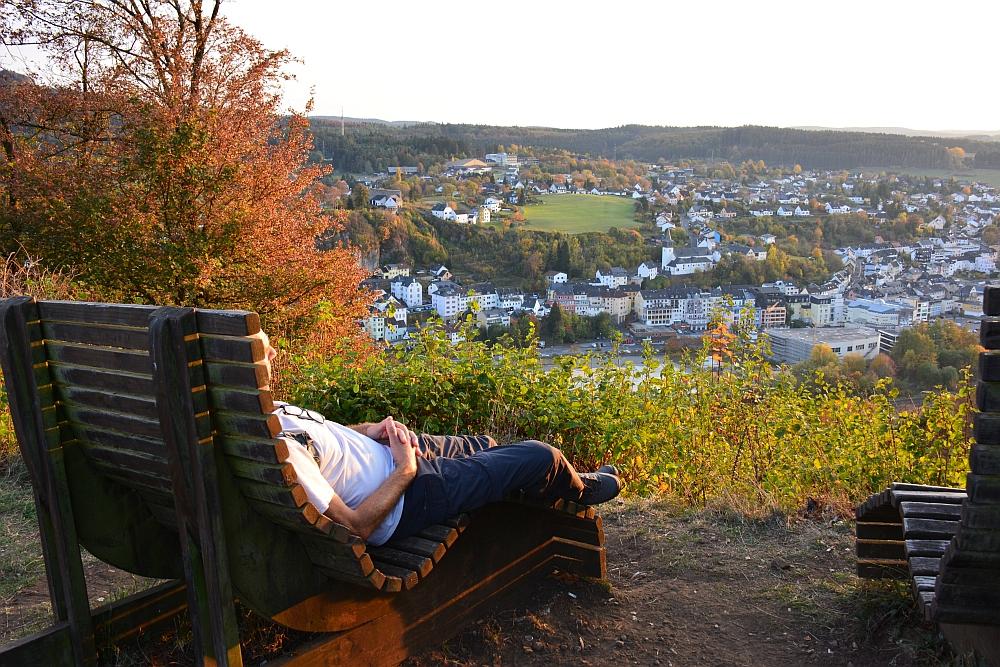 etappe van de Eifelsteig genieten van de avondzon op typisch bankje in de Eifel