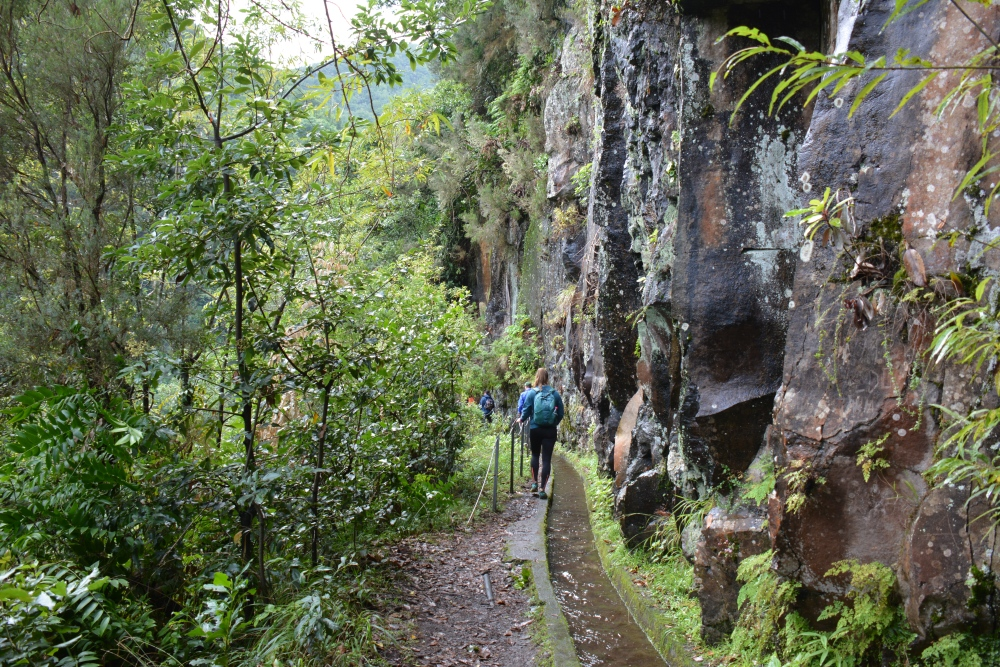 wandelen op Madeira Levada do rei rotswand
