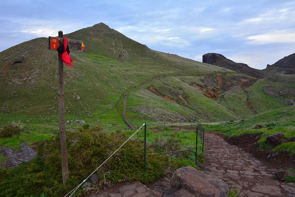 wandelen op Madeira aanduiding bordje route PR8 bij ponta de Sao Lourenco