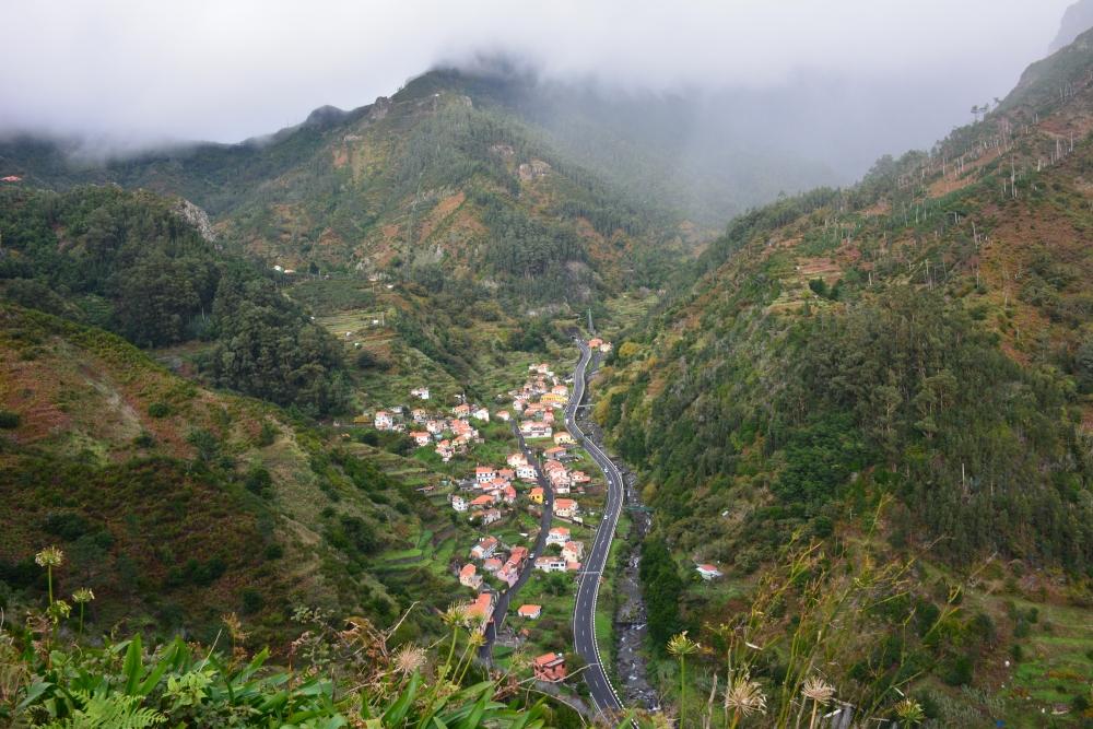 wandelen op Madeira mistige wereld op de hoogste toppen