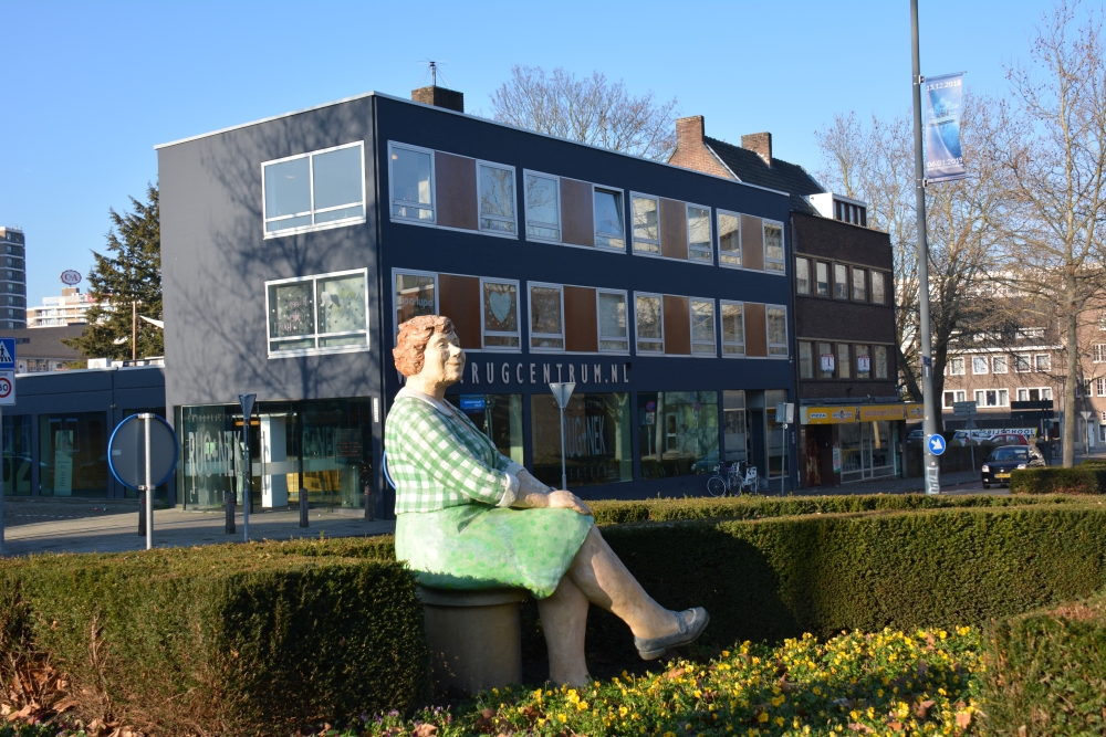 Street Art Heerleen vrouw op bank