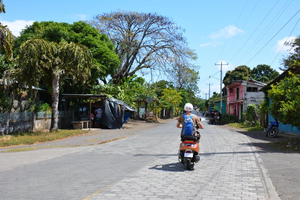 met de brommer over Ometepe Nicaragua