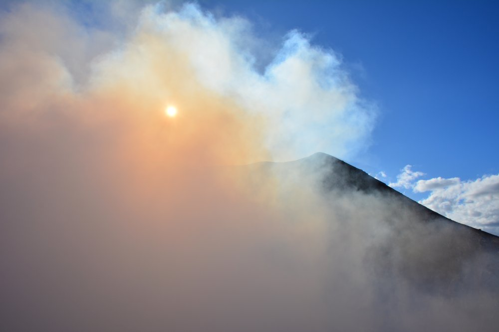 zonlicht wordt gefilterd bij krater vulkaan Telica Nicaragua
