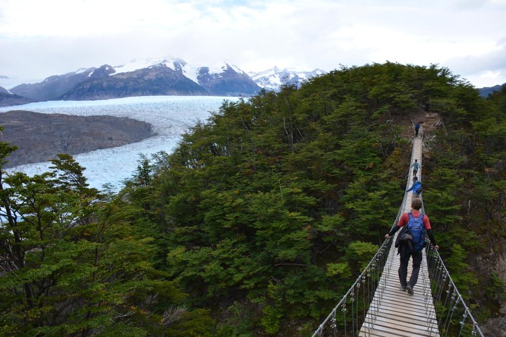 Brug bij de Grey gletsjer Torres del Paine tijdens de W-trek