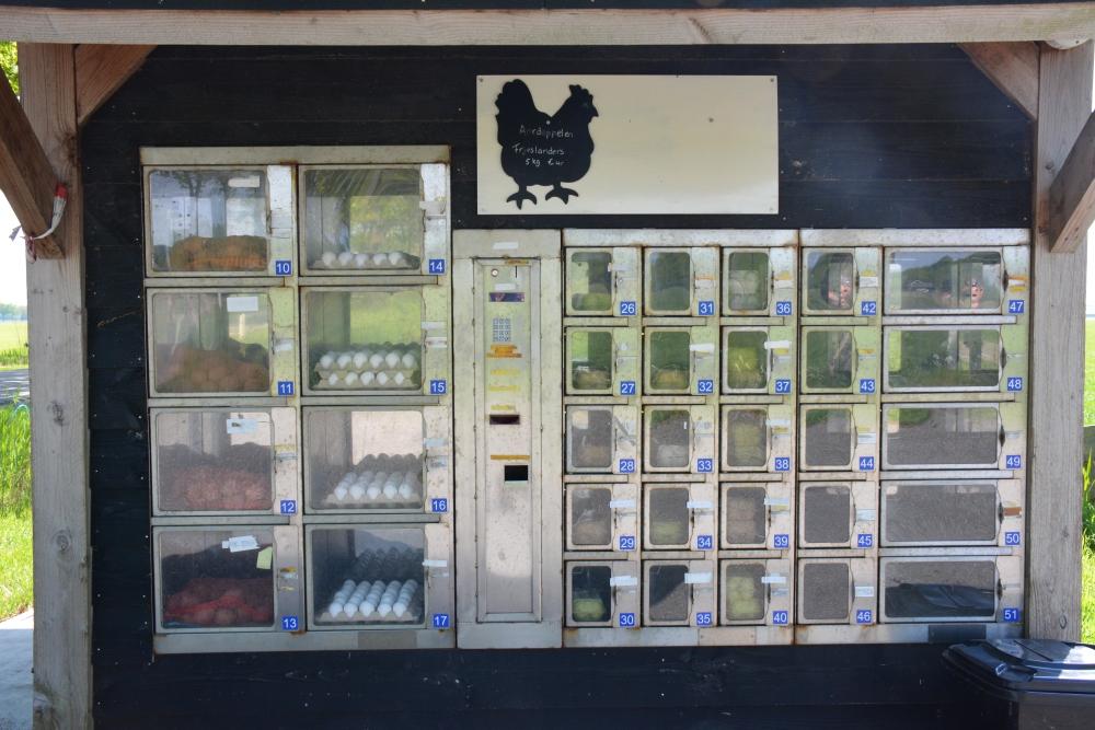 verkoop eieren en aardappelen langs de weg