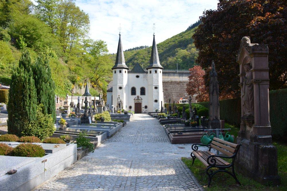 wandelen Eifel kerkhof net buiten Vianden