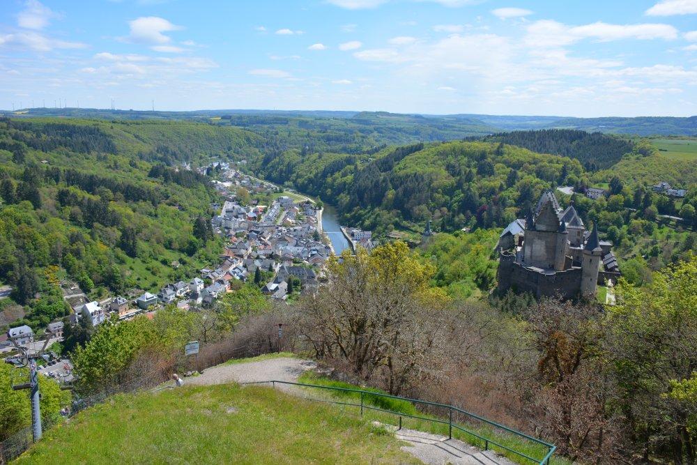 wandelen Eifel uitzicht op Kasteel en Vianden