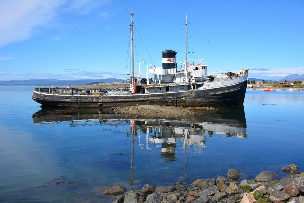 oude boot in haven Ushuaia