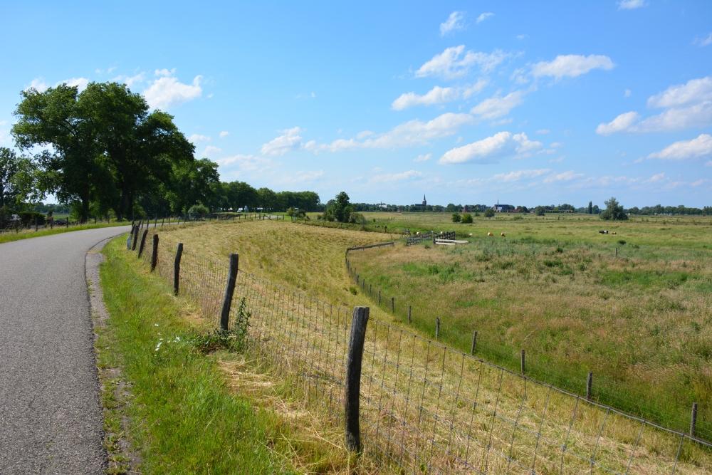 wandelen over dijk in de uiterwaarden Brabant