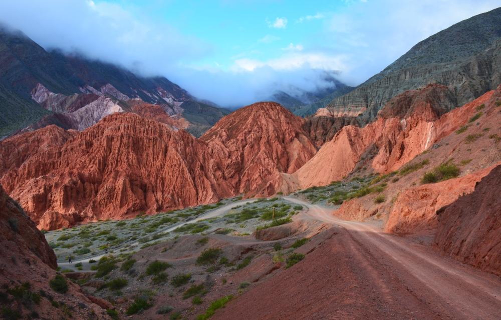 wandelen tussen de rotsen bij Purmamarca