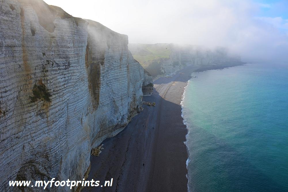 mist op de kliffen van Etretat foto van de maand myfootprints