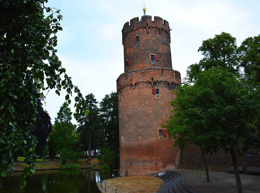 Kruittoren en oude stadsmuur in Kronenburgerpark