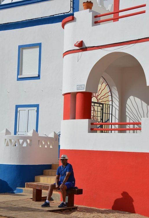 gekleurde huizen strand van Carvoeiro Algarve