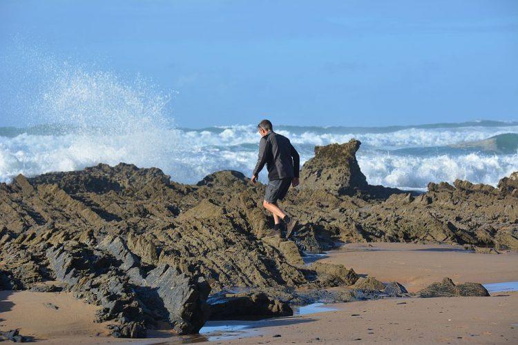 rotskust bij Praia da Cordoama vanuit Sagres