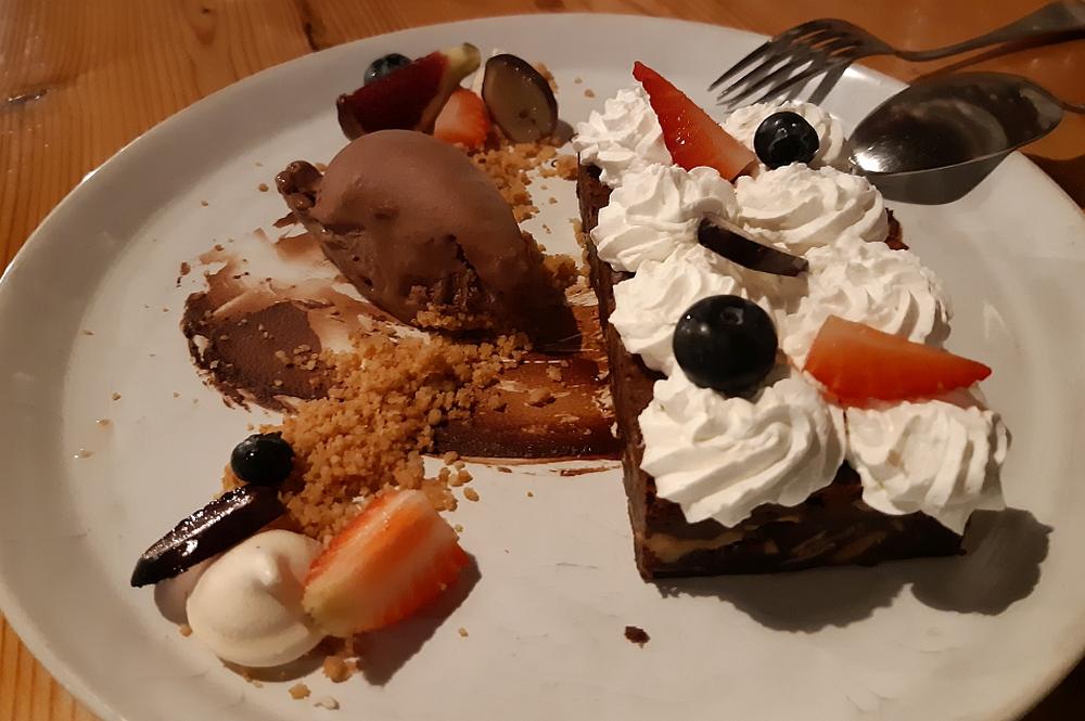 toetje brownie met ijs en fruit bij Refeitro da Baixa